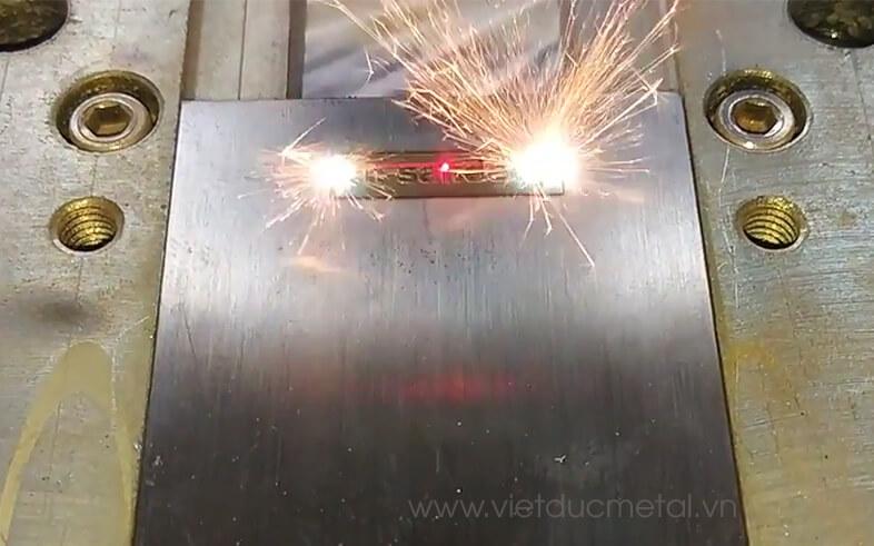 Máy khắc laser trên thép