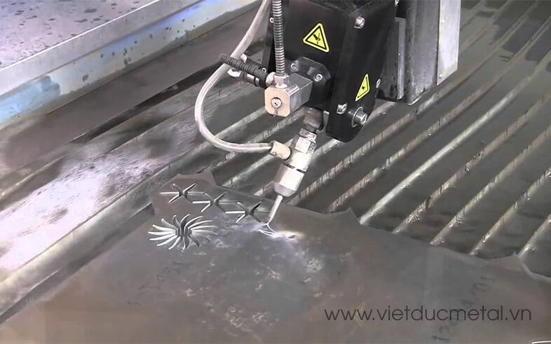 Cắt kim loại bằng máy cắt tia nước CNC